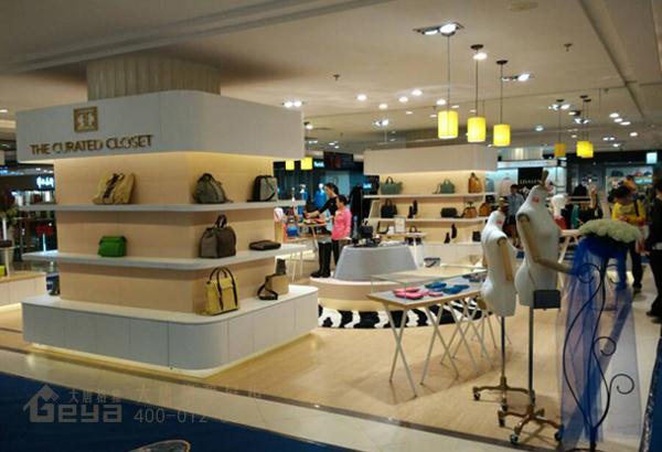 2、照明与色彩。照明对于展柜可以说是一个很重要的环节,尤其是鞋包展示柜。好的照明设计能很好的体现产品和营造一个销售环境。而一个好的色彩设计能使展示柜更加有层次感和更为协调;  金鹰商场鞋包展示柜   3、鞋包展示柜的空间布局。集展览和销售一体的空间,所以要营造一个合理、顺畅、引导性强和方便参观的空间布局;  金鹰商场鞋包展示柜   大唐格雅专注鞋包展示柜制作十三年,有丰富的鞋包展示柜制作经验。与多家世界500强企业同行,提供无忧一站式服务! 【版权声明:本文出自大唐格雅原创,转载须注明出处和链接:www.
